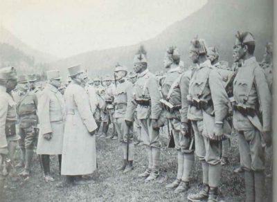 Kaiser Karl bei einer Inspektion des bosnisch-hercegovinischen Infanterie Regiments Nr. 2 (Südtirol, 1917)