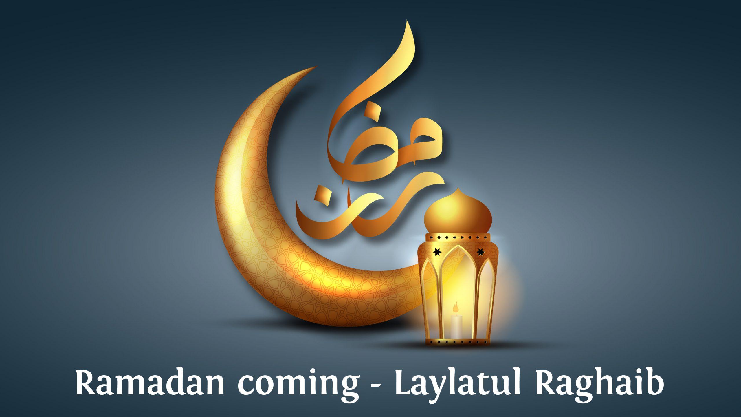 Halbmond und Laterne auf blauem HIntergrund mit arabischer Kaligrafie Ramadan