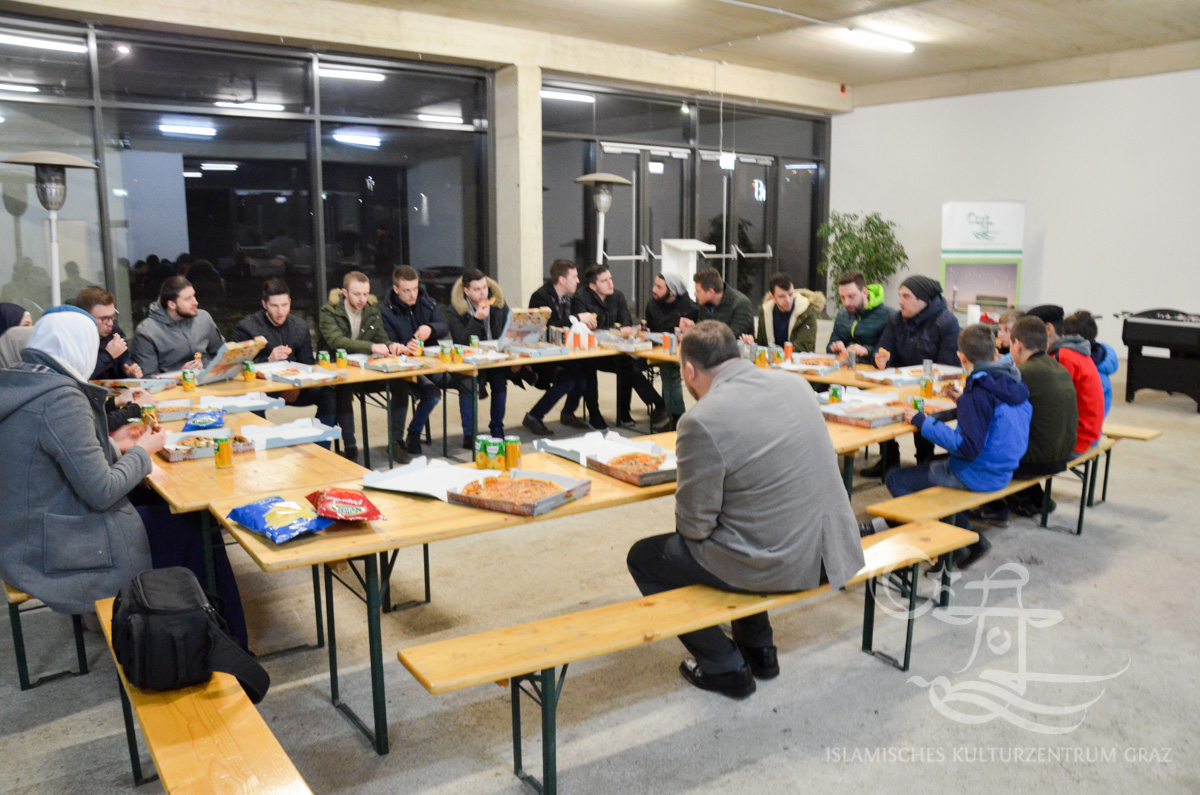 Viele Jugendliche sitzen im Kreis in der Moschee bei einem Vortrag